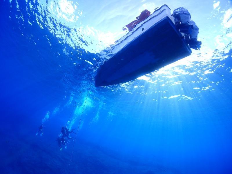 ボートダイビングで浮上するダイバー