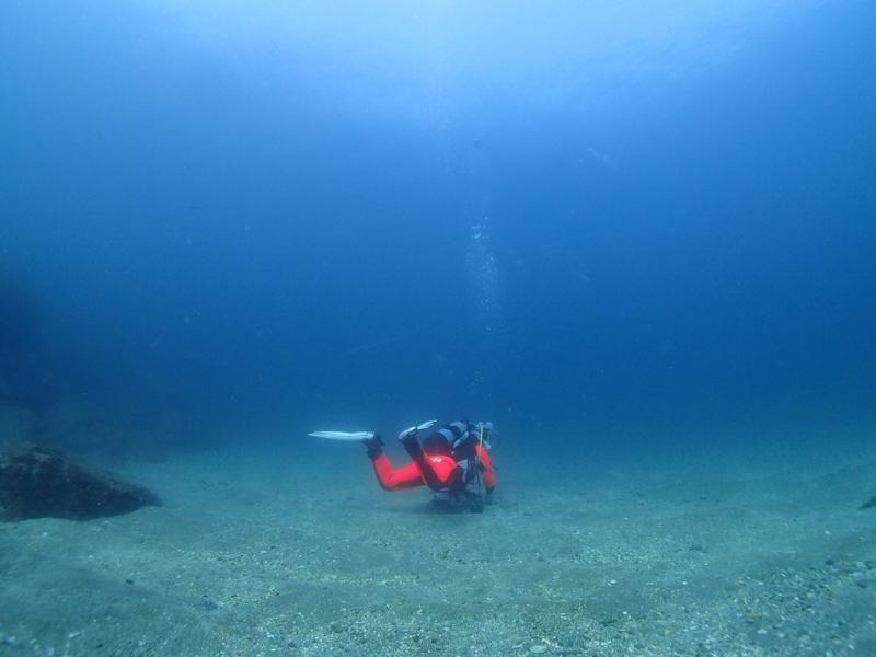 中性浮力をとっているダイバー