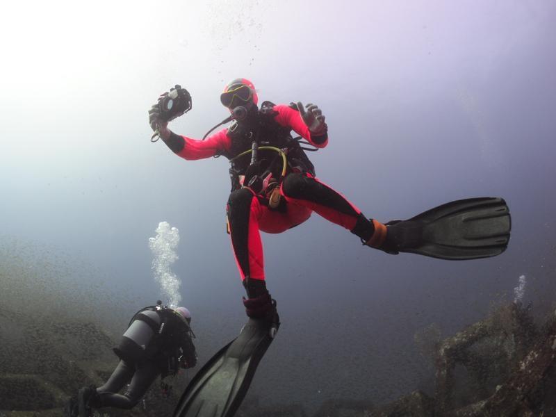 水中カメラを構えているダイバー